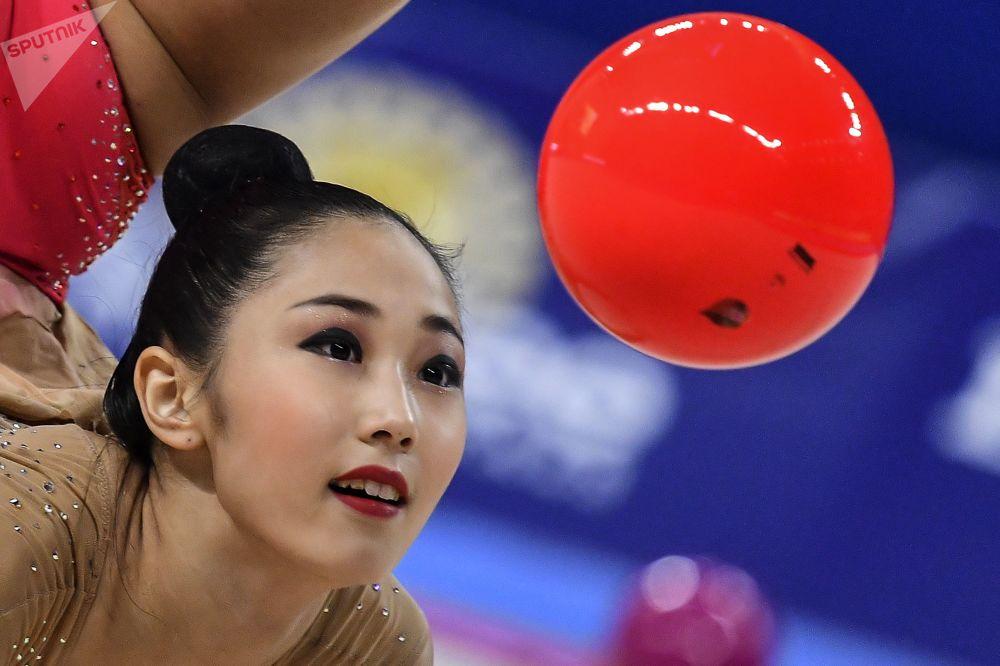 Сон Ён Чжэ (Южная Корея) выполняет упражнения с мячом в индивидуальной программе на чемпионате мира
