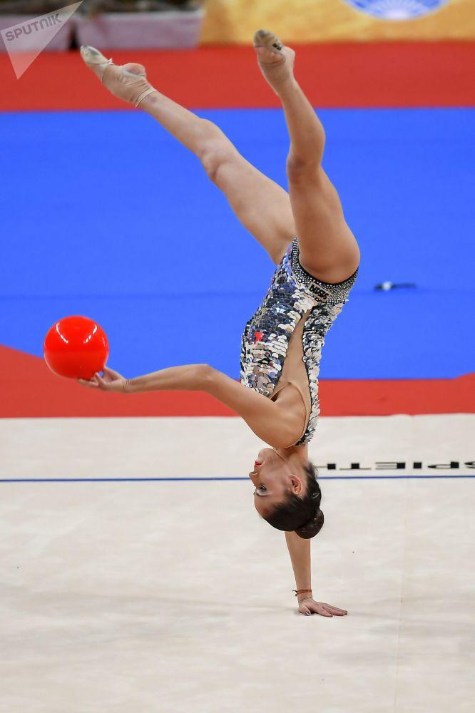 Невьяна Владинова (Болгария) исполняет номер с мячом