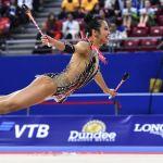 Лора Зенг (США) выполняет упражнения на квалификационных выступлениях с булавами