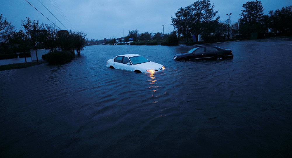 Автомобили в паводковых водах после урагана Флоренс в Северной Каролине. США, 15 сентября 2018 года