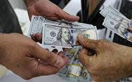 Люди с долларами в руках. Архивное фото