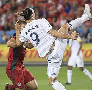 Форвард американского футбольного клуба Лос-Анджелес Гэлакси Златан Ибрагимович забивает гол в первом тайме против Торонто