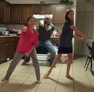 Отец показал дочерям, как надо двигать телом. Видео, ставшее вирусным
