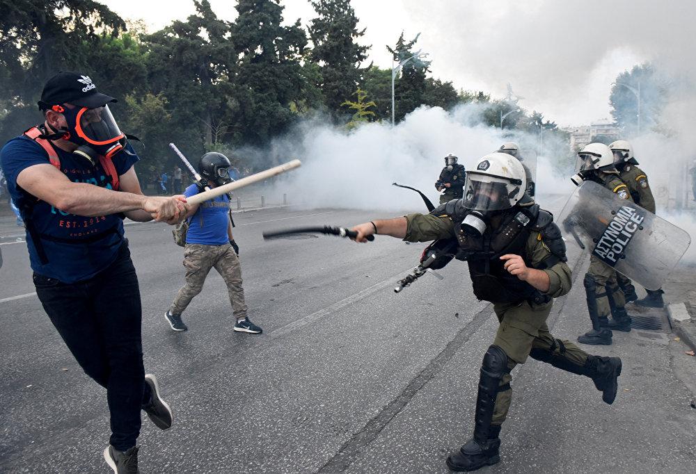 Грециянын Салоника шаарында өткөн каршылык акциясында полиция көчөгө чыккандар менен кагылышты