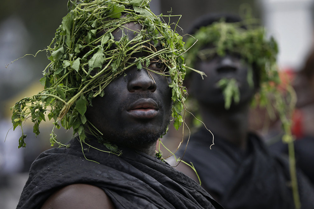 БУУнун мурдагы башкы катчысы Кофи Аннандын табытынын жанында турган гвардиячылар