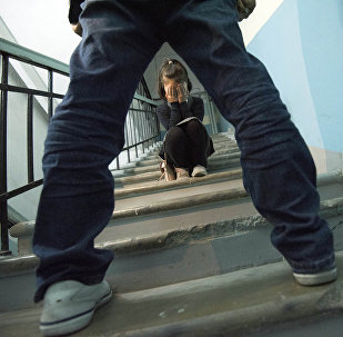 Девочка сидит на лестнице. Иллюстративное фото