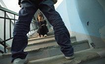 Девочка закрывает лицо от мужчины. Иллюстративное фото