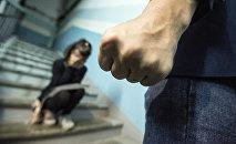 Кулак мужчины на фоне девочки. Иллюстративное фото
