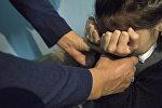 Имитация насилия над ребенком в подъезде. Иллюстративное фото