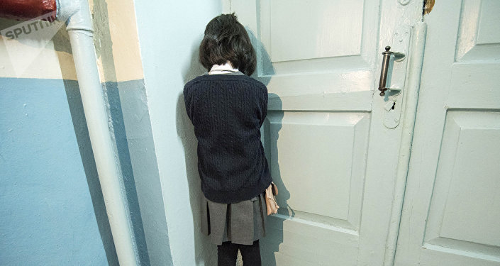 Ребенок стоит спиной. Иллюстративное фото