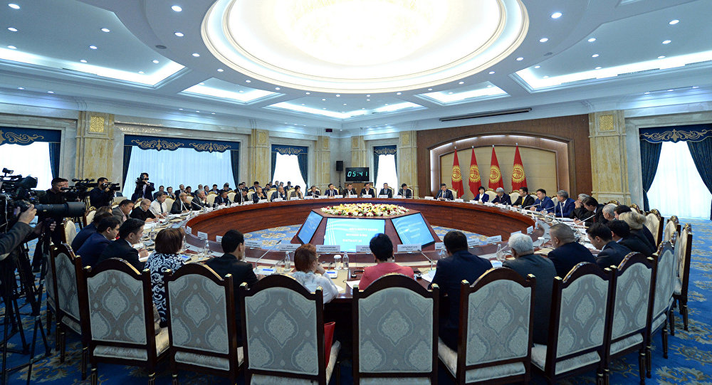 Президент Кыргызской Республики Сооронбай Жээнбеков во время встречи с представителями бизнес-сообщества Кыргызстана  в Государственной резиденции Ала-Арча. 17 сентября 2018 года