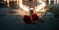 Гвоздики и свечи. Архивное фото