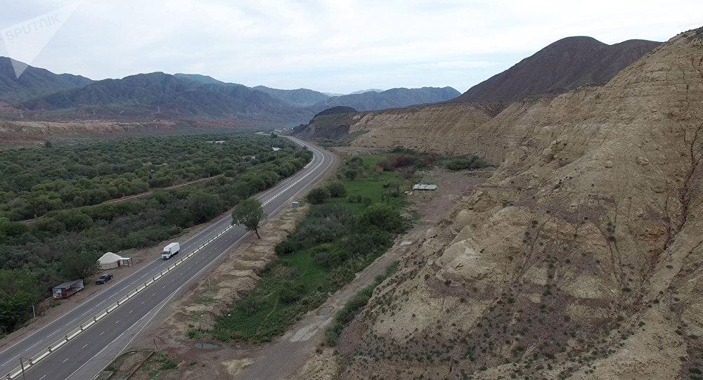 Вид на трассу в Боомском ущелье Иссык-Кульской области. Архивное фото