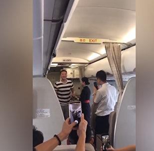 Кытайда стюардесса жигити колун учактан сурагандыгы үчүн иштен алынды