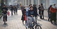 Дети на велосипедах на улицах Душанбе в Таджикистане. Архивное фото
