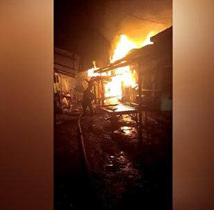 Горящие контейнеры — видео пожара на рынке в Караколе