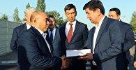 Награждение жителя Бишкека Ырысбека Атажанова, который отдал свой земельный участок