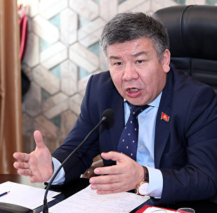 Жогорку Кеңештин бүгүнкү жыйынында Ата Мекен фракциясынын лидери Алмамбет Шыкмаматов. Архивдик сүрөтү
