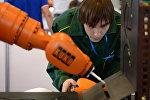 Специалист по промышленной робототехнике. Архивное фото
