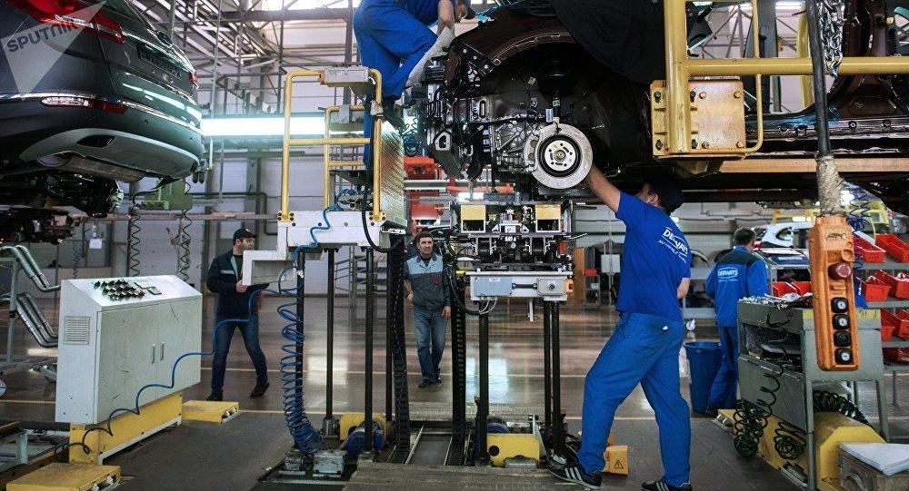 Рабочие на автомобильном заводе. Архивное фото