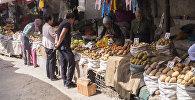 Фрукты и овощи в одном из торговых контейнеров на Ошском рынке в Бишкеке