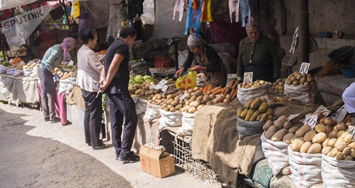 Продавцы на рынке. Архивное фото