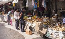 Фрукты и овощи в одном из торговых контейнеров на Ошском рынке в Бишкеке. Архивное фото