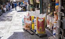 Продажа продуктов питания в одном из торговых контейнеров на Ошском рынке в Бишкеке. Архивное фото