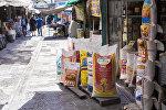 Продукты питания в одном из торговых контейнеров на Ошском рынке в Бишкеке. Архивное фото
