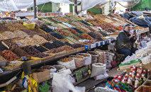Торговля сухофруктами на рынке. Архивное фото