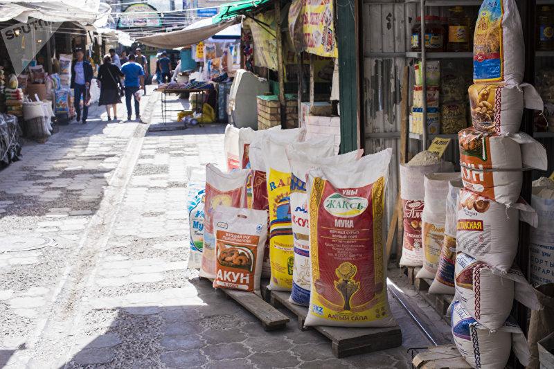 Продукты питания в одном из торговых контейнеров на Ошском рынке в Бишкеке