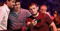 Российский бойец UFC Хабиб Нурмагомедов фотографируется с болельщиками. Архивное фото