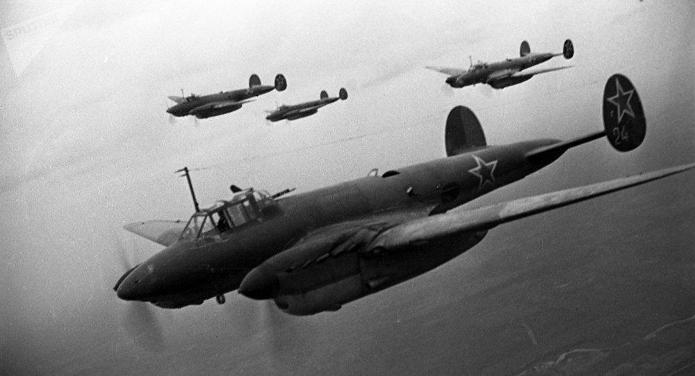 Великая Отечественная война (1941-1945 годы). Советские бомбардировщики Пе-2 атакуют немецкие позиции.