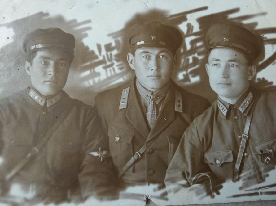 Первый летчик-кыргыз Абдували Курбаналиев (в центре)