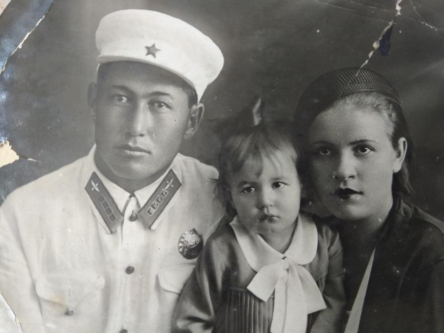 Первый летчик-кыргыз Абдували Курбаналиев с семьей
