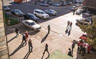 Люди на одной из улиц Бишкека. Архивное фото