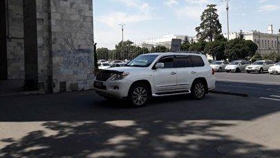 Автомобиль припаркованный в неположенном месте на пересечении проспектов Чуй и Эркиндик