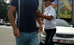 Водитель авто, на котором ездит депутат ЖК, напал на журналиста Sputnik — видео