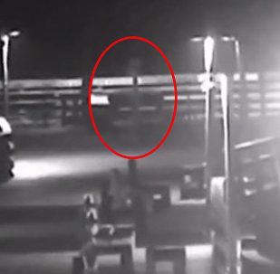 Камера наблюдения сняла гуляющего призрака в США. Видео