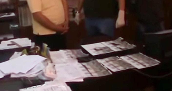 Директора медицинского колледжа в Бишкеке задержали со взяткой. Видео
