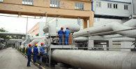 Рабочие во время строительства нового цеха химической водоочистки в ТЭЦ Бишкека. Архивное фото