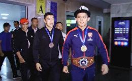 Как чемпиона мира по борьбе Бакирова встретили родители и фанаты. Видео