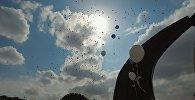 Впечатляет! В Бишкеке дети выпустили в небо сотни шаров — видео