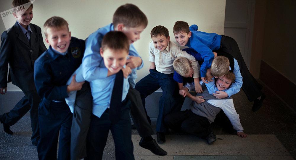Учащиеся школы во время перемены. Архивное фото