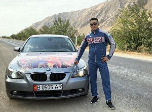 Акжол Махмудовдун атасынын бир тууган иниси Шарабидин Махмудов жана анын досу Алмаз Таабалдиев BMW үлгүсүндөгү унаа белек кылышты
