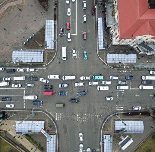 Автомобильный транспорт на пересечении улицы Байтик-Баатыра и проспекта Чуй в центре Бишкека