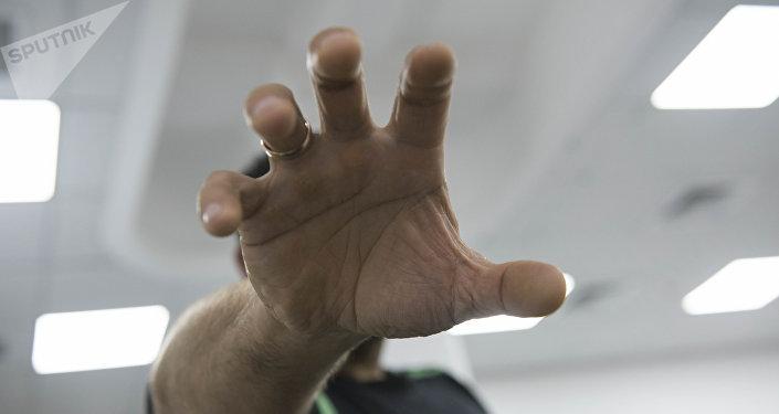 Мужчина тянет руку к камере. Архивное фото