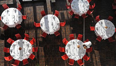 Ресторанда стол даярдап жаткан официант. Архив