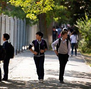 Школьники на одном из улиц Бишкека. Архивное фото