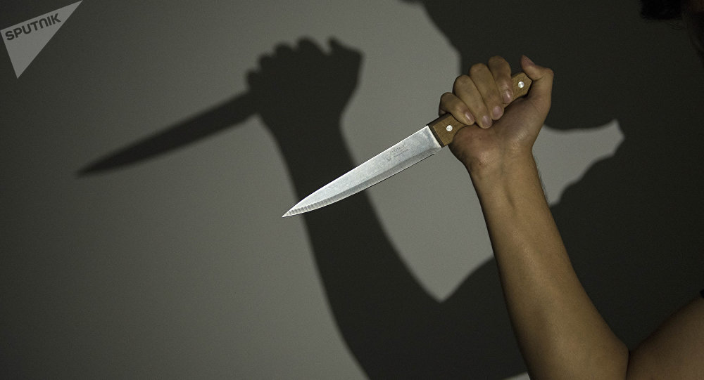 Мужчина размахивается ножом. Архивное фото